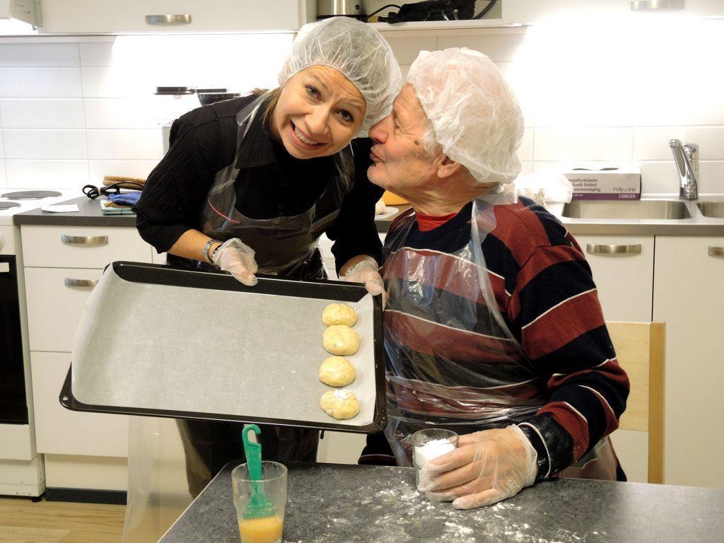 Hoitajat avustajat asukkaita päivittäisissä asioissa ja vapaa-ajan toiminnoissa. Kuvassa hoitaja ja asiakas leipovat yhdessä Ristontalon 6. kerroksen yhteisissä tiloissa.