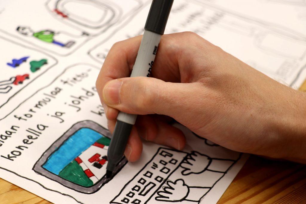 Opintopiireissä voi kehittyä myös sarjakuvapiirtäjänä. Lähikuva kynää pitävästä kädestä, joka piirtää.