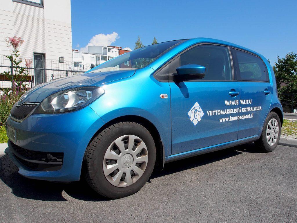 Kotipolku tarjoaa viittomakielistä kotipalvelua Pirkanmaan alueella. Kuvassa Kotipolun sininen auto, jonka ovessa lukee isolla teksti: Vapaus valita! Viittomakielistä kotipalvelua.