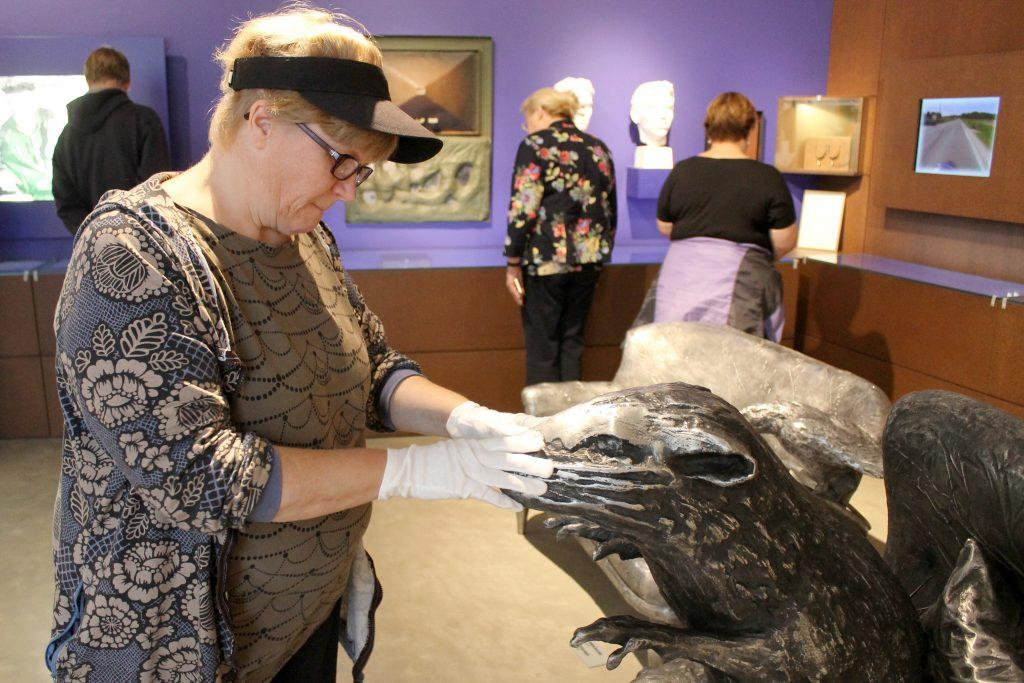 : Kuntoutusjaksolla kurssilaiset voivat tutustua myös taide-elämyksiin. Kuvassa kurssilaiset tutustumassa Kimmo Pyykön taidenäyttelyyn.