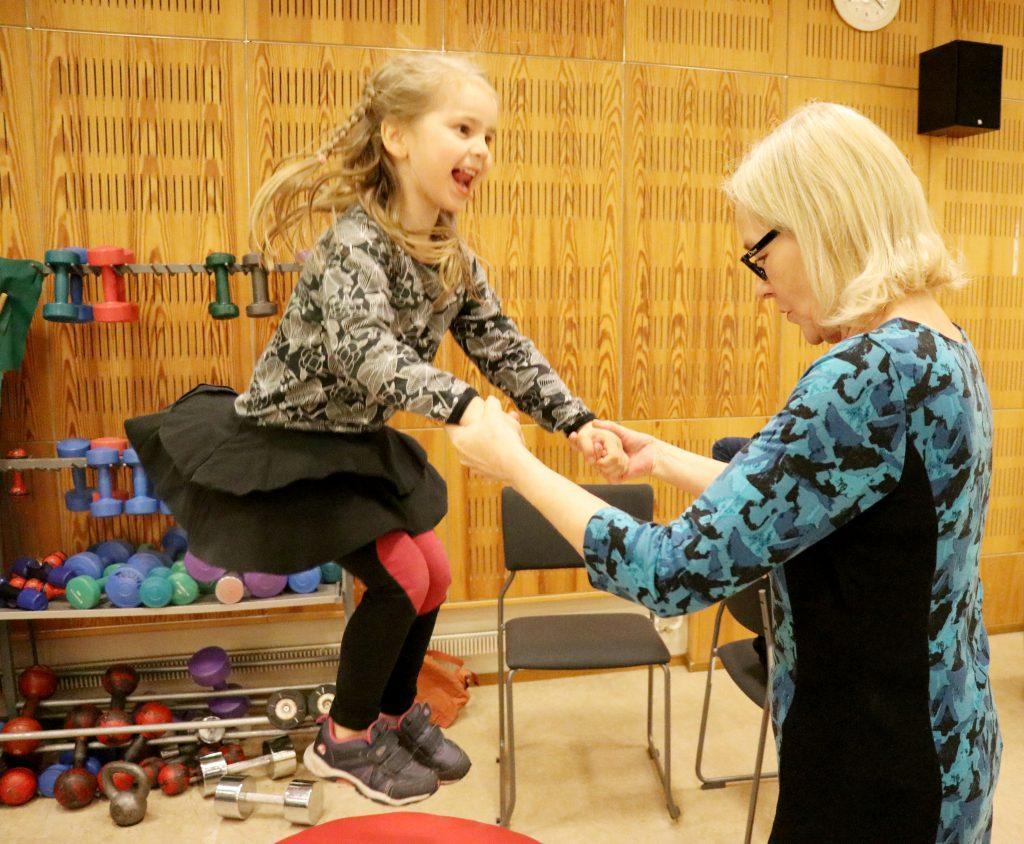 Lapset voivat kokeilla kuntoutusjaksolla erilaisia liikuntamuotoja turvallisesti. Kuvassa liikunnan riemua.